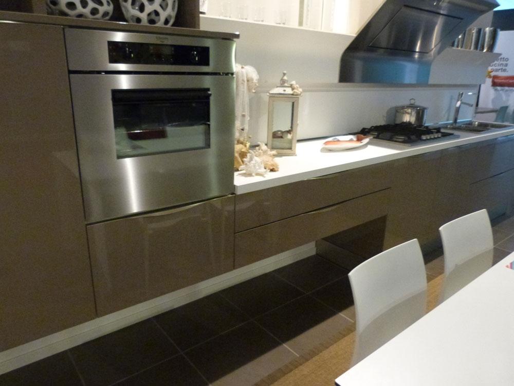 Veneta cucine extra in laccato lucido marrone visone - Cucina bianca e marrone ...