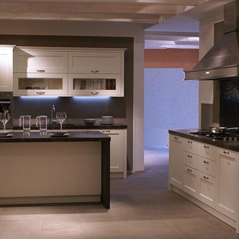 Cucina veneta cucine gretha con maniglia legno spazzolato bianco artico country legno bianca - Cucina country bianca ...
