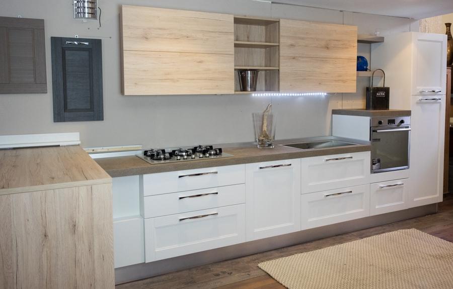 Cuicna moderna con penisola mobile in rovere vecchio - Cucina bianca e legno naturale ...