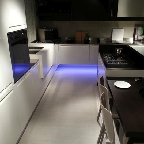 Cucina Doimo Cucine Extra laccato lucido bianco e rovere wengè scontato del -40 % - Cucine a ...