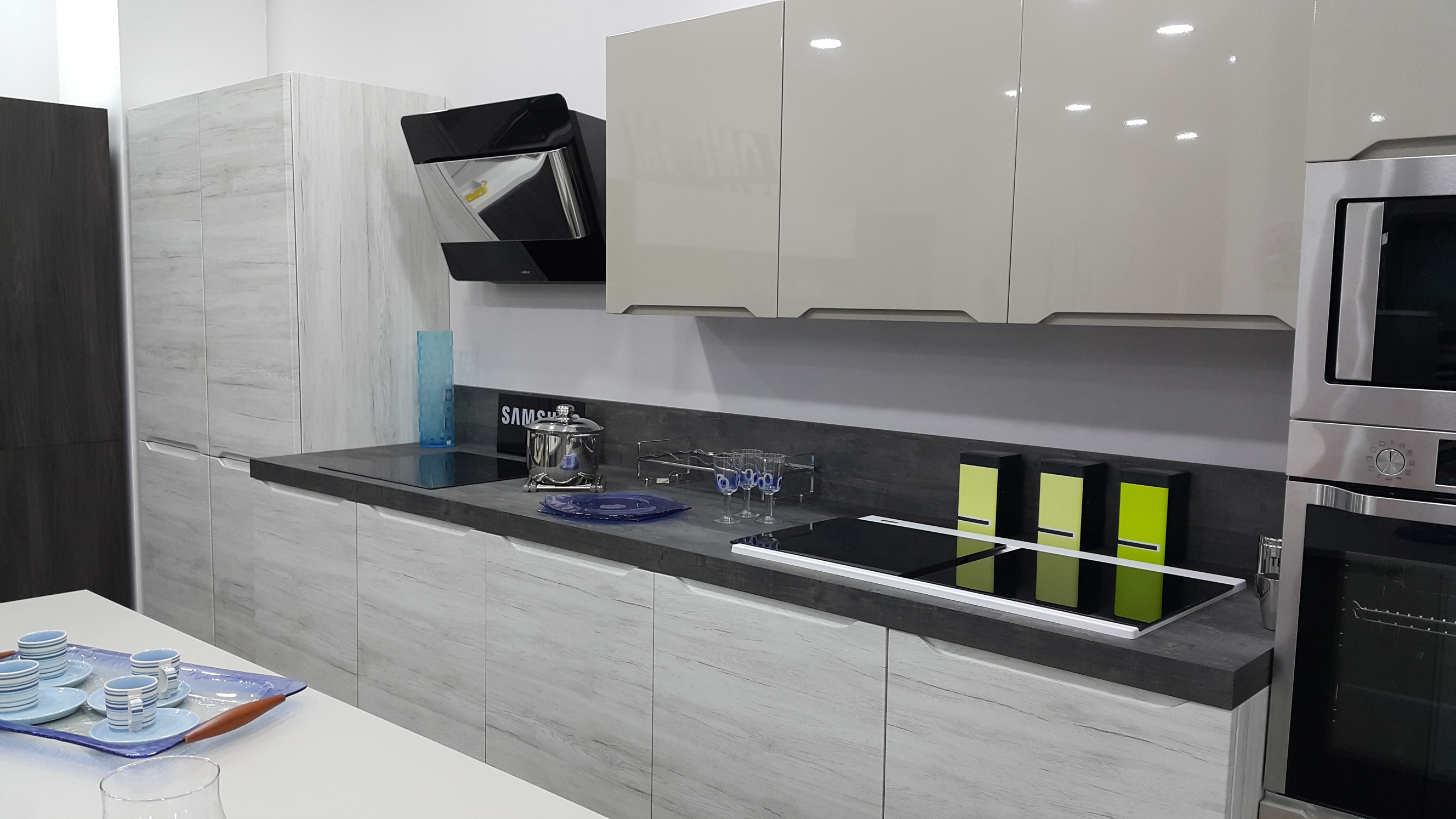 Bianco E Orzo Lucido La Cucina è Composta Da Un Blocco Cottura E #676D3C 2656 1494 Veneta Cucine E Forma 2000