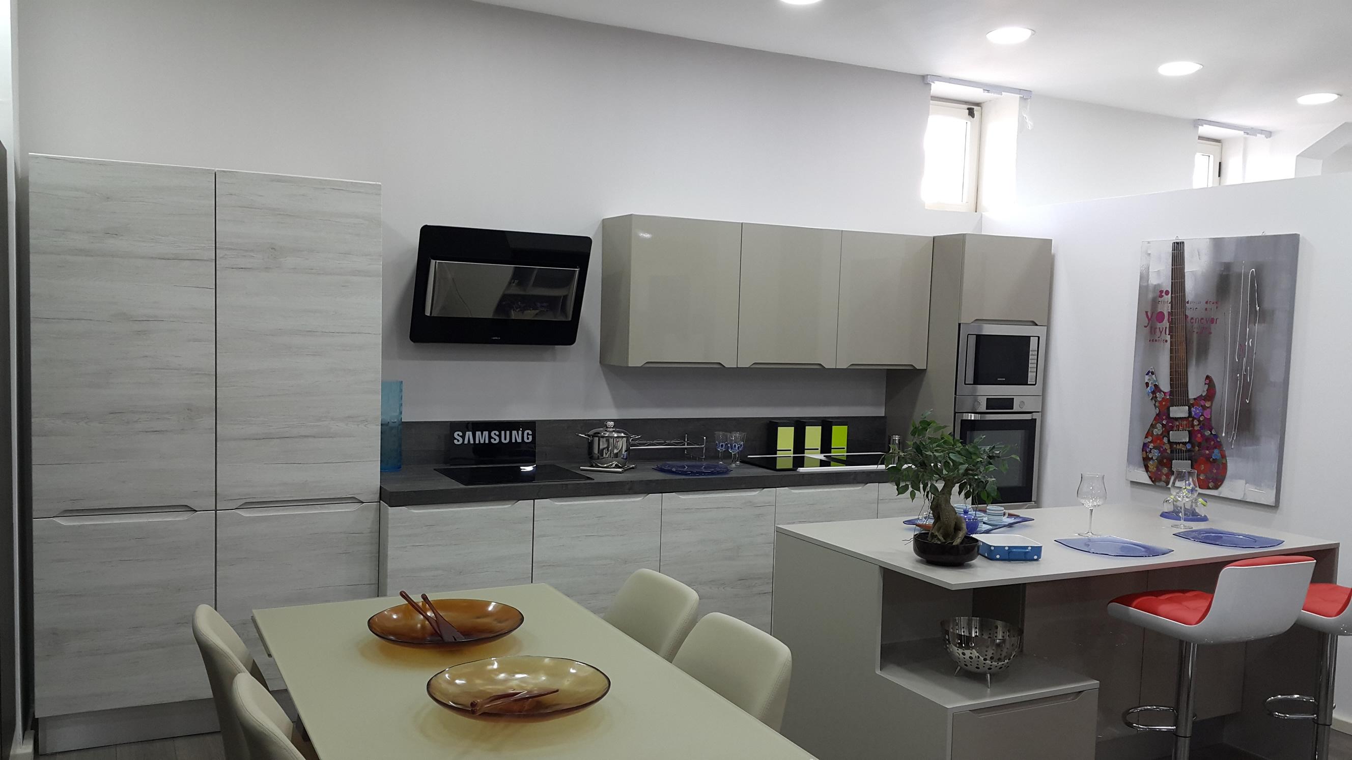 Bianco E Orzo Lucido La Cucina è Composta Da Un Blocco Cottura E #913B3A 2656 1494 Veneta Cucine E Forma 2000