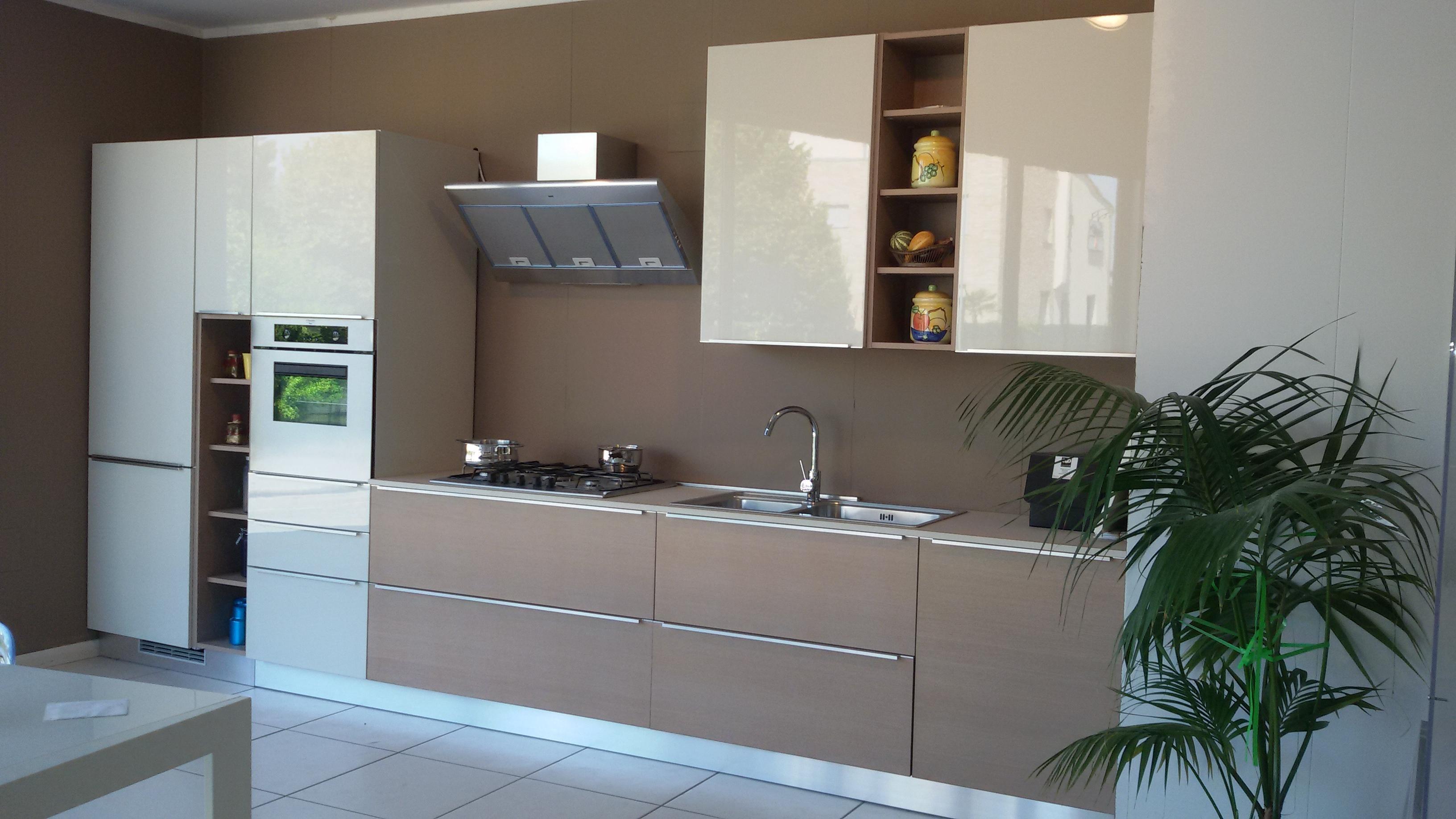 Ged cucine cucina cucina seta legno e laccato lucido for Cucina legno bianco