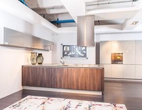 Glass by Valdesign in vetro grigio lucido: il design di una cucina con penisola in offerta speciale