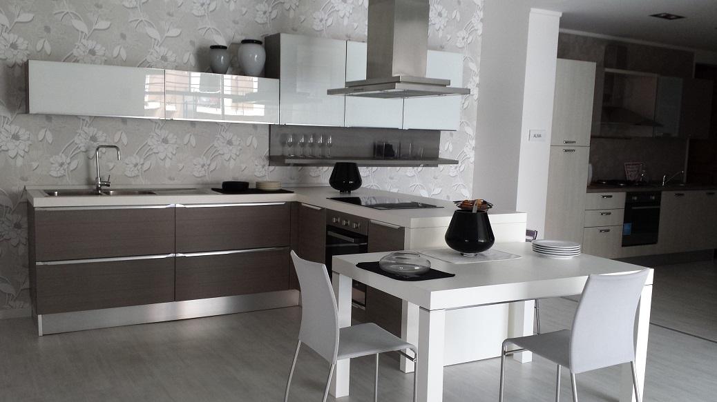 Lube cucine cucina fabiana con penisola in polimerico for Prezzi cucine con penisola
