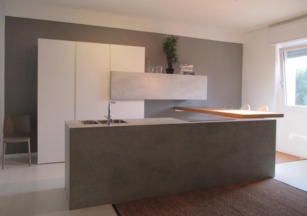 Cucina solida di design materico bianco opaco cucine a for Cucine di design outlet