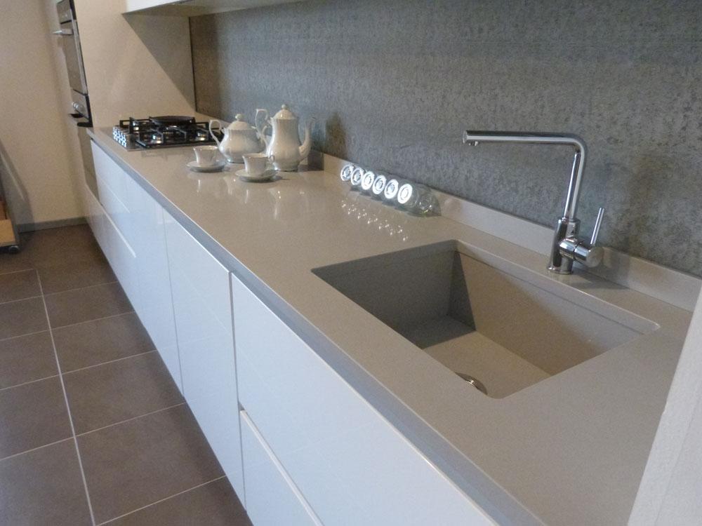 Mk cucine in polimerico lucido con lavello e piano cucina for Top in okite