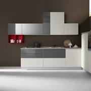 Cucina moderna ad angolo con elettrodomestici