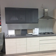 Cucina moderna lineare con elettrodomestici inclusi