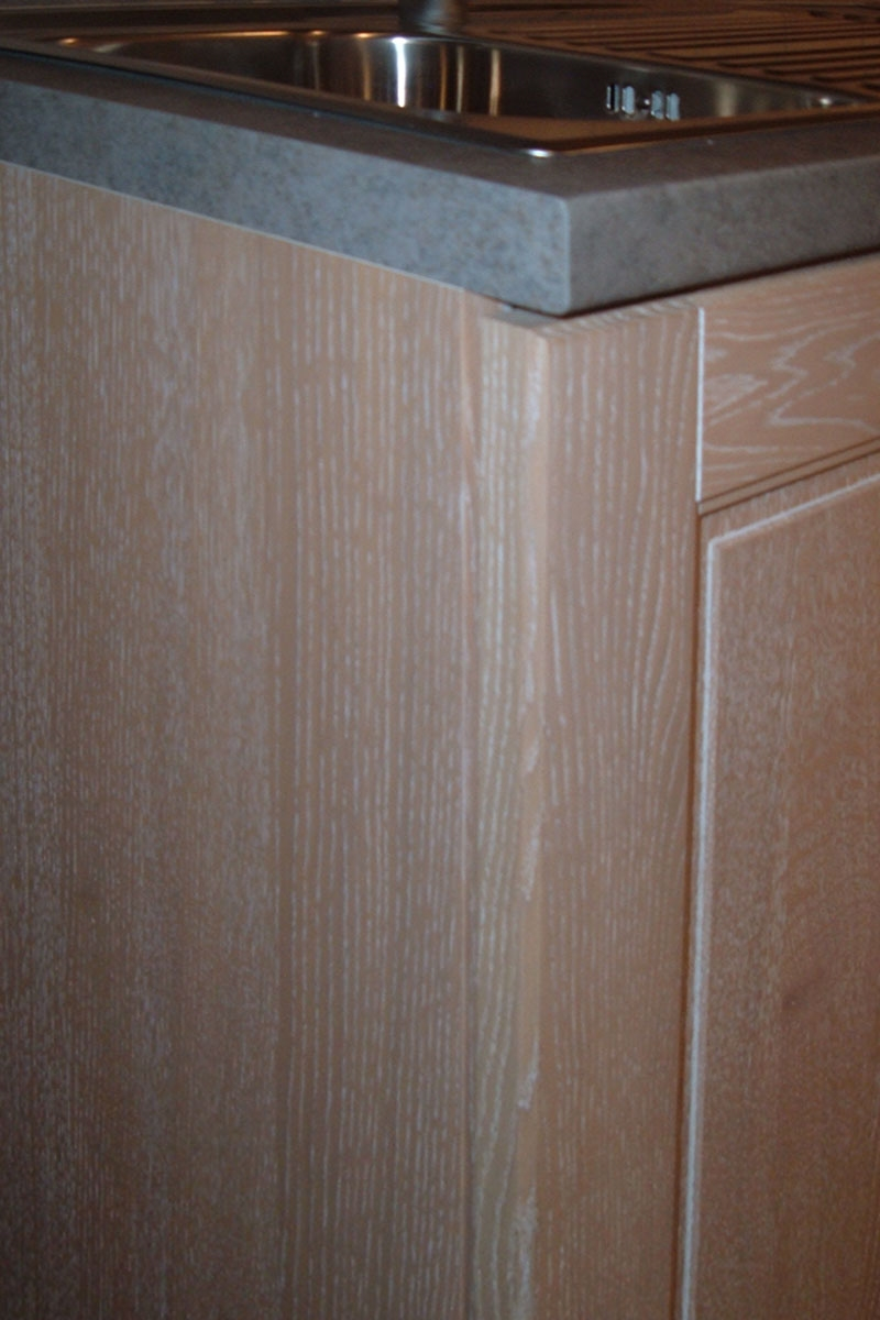 cucina stosa ontario con basi pensili e colonne in legno impiallacciato rovere sbiancato