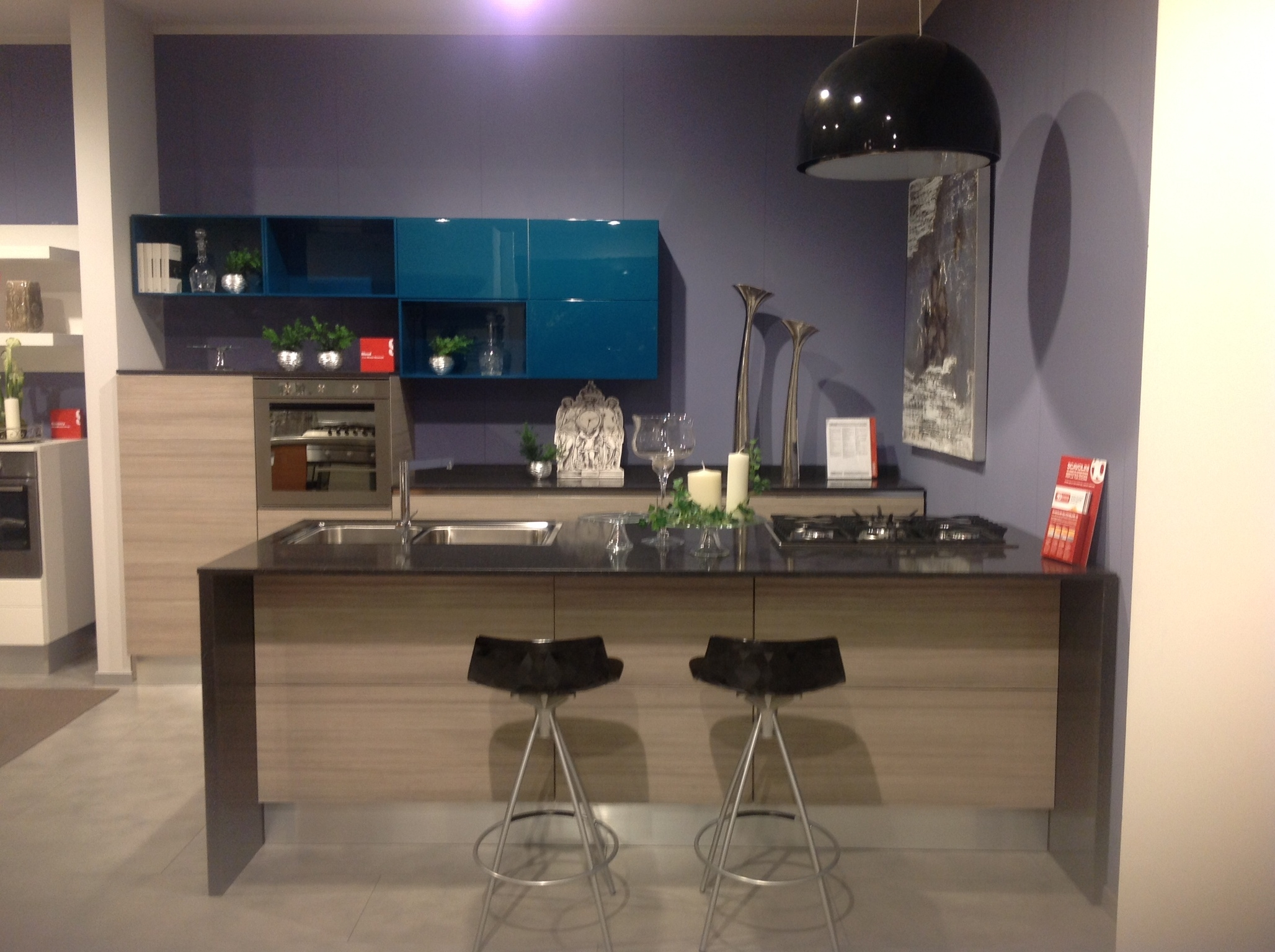 Vista dinsieme cucina Scavolini Mood Blu Alaska e decorativo Larice ...