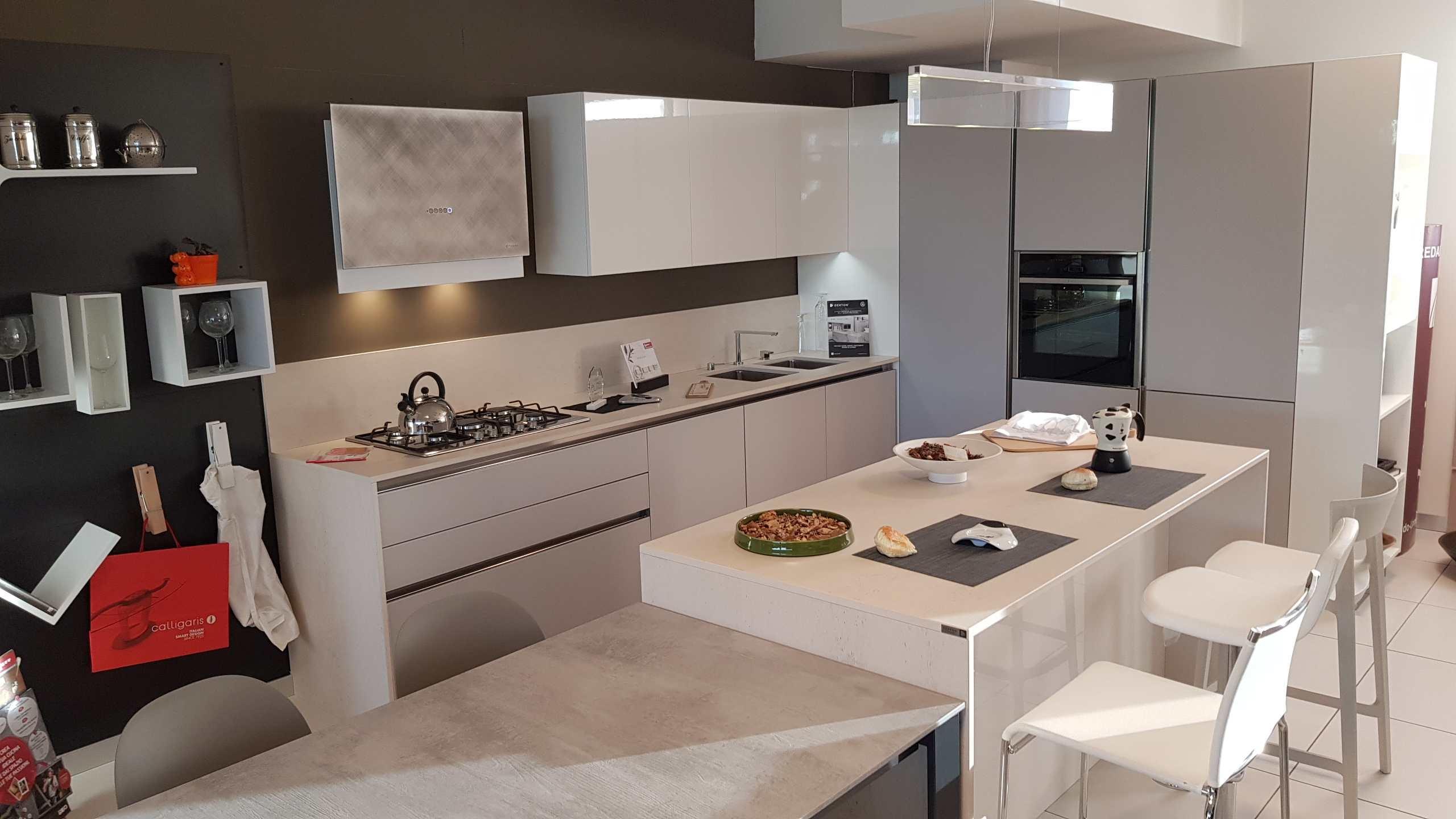 Paraschizzi cucina in vetro good cucina con schienale in for Pannello decorativo cucina
