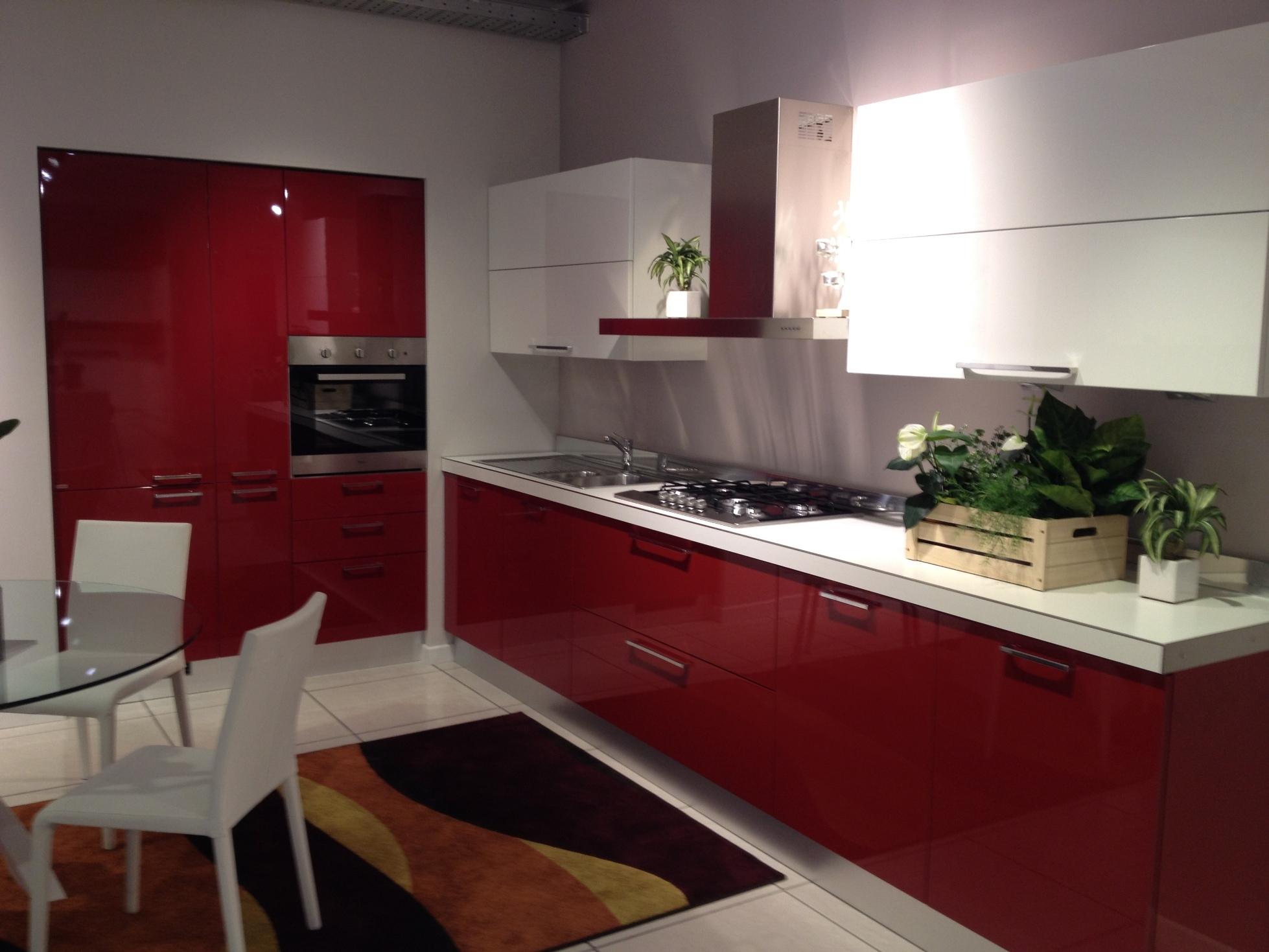 Scavolini cucina sax moderna laccato lucido rossa cucine for Cucina moderna bianca lucida