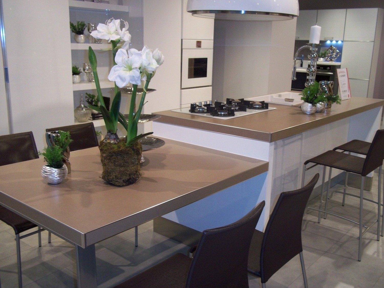Scavolini scenery con isola cucine a prezzi scontati for Cucine con piano cottura centrale