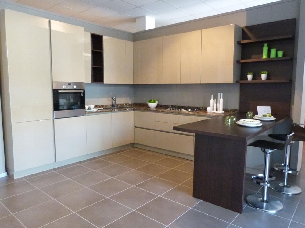 Svendita mk cucine 023 in laccato lucido poliestere for Cucine per angolo cottura
