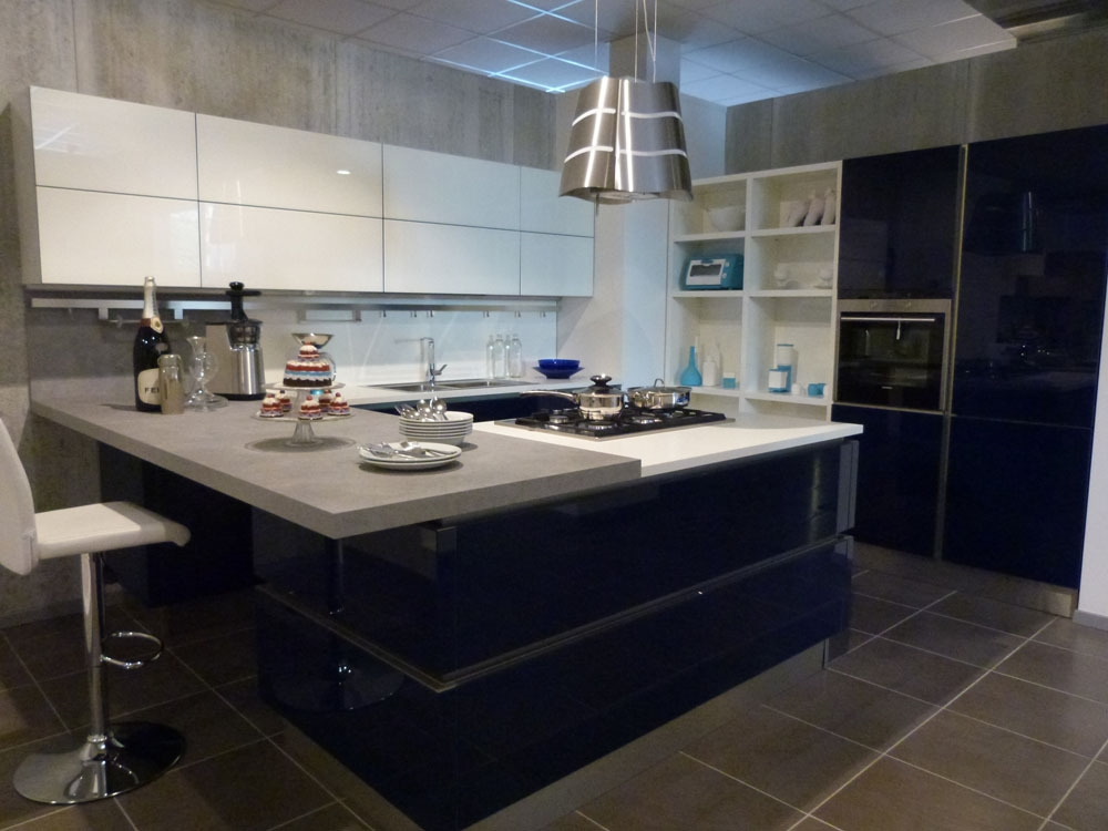 Svendita veneta cucine in vetro laccato con isola cottura - Cucine con vetrate ...