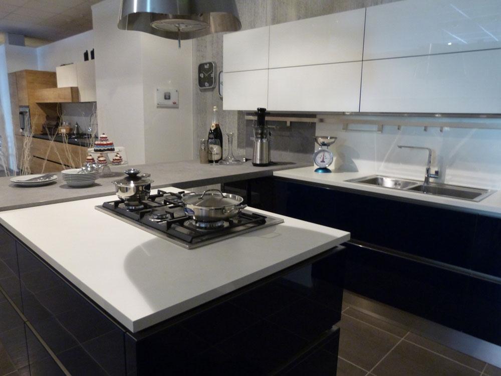 Svendita veneta cucine in vetro laccato con isola cottura for Cucina con isola cottura
