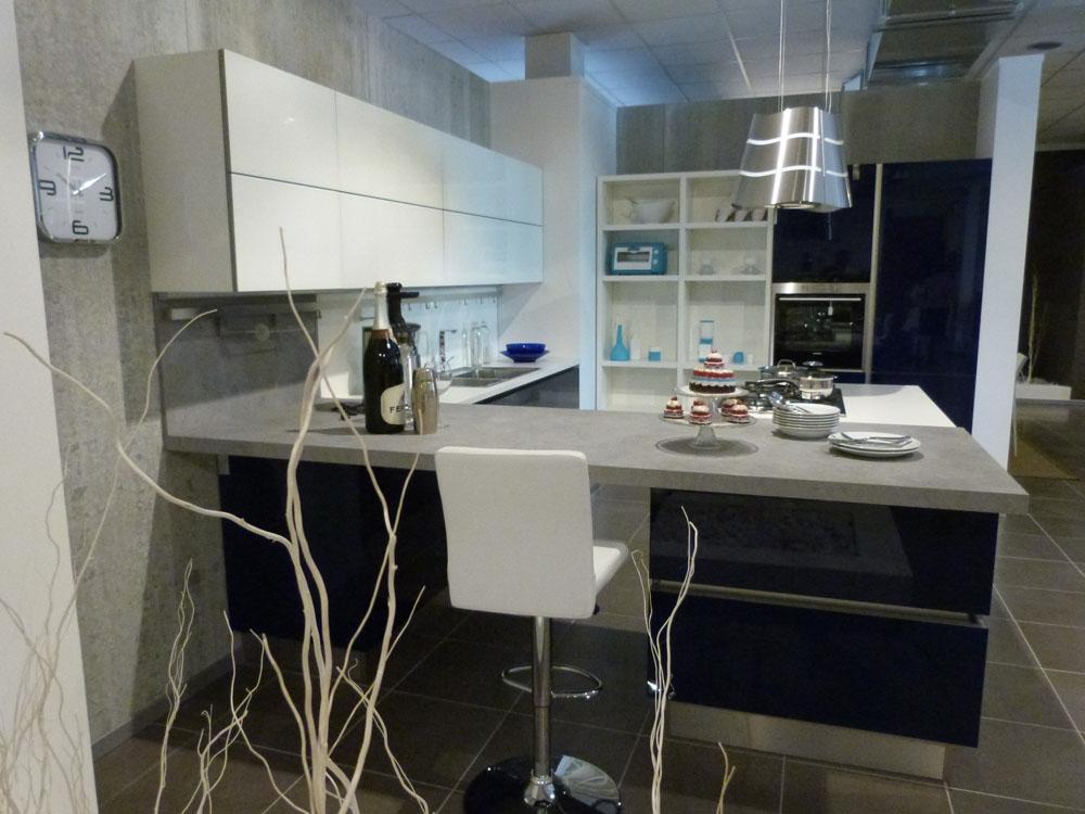 Svendita veneta cucine in vetro laccato con isola cottura - Prezzi veneta cucine ...