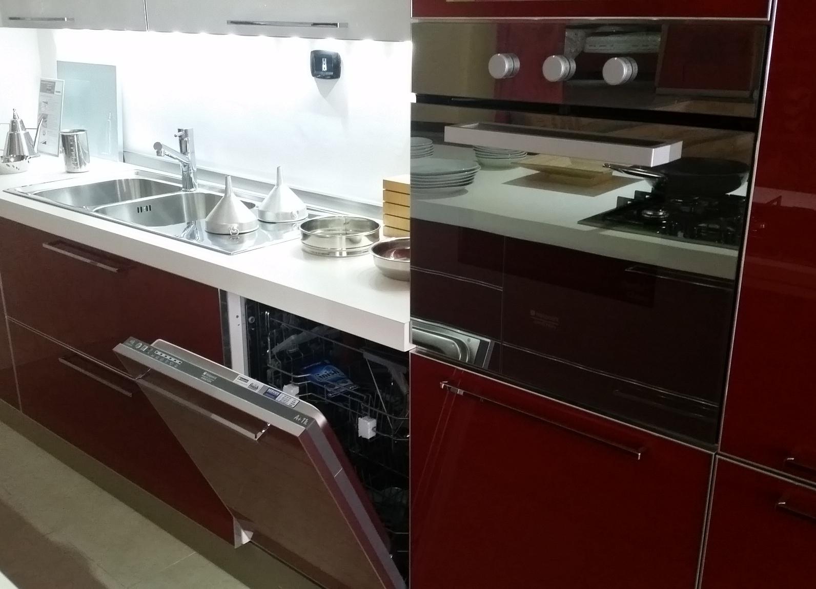 Veneta cucine offerta modello diamante moderna vetro rosso e bianco cucine a prezzi scontati - Cucina bianca e rossa ...