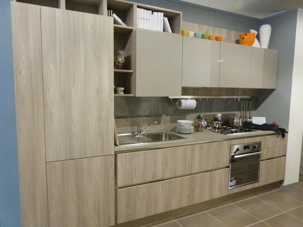 Veneta cucine in laminato materico olmo e laccato lucido for Cucine e cucine prezzi