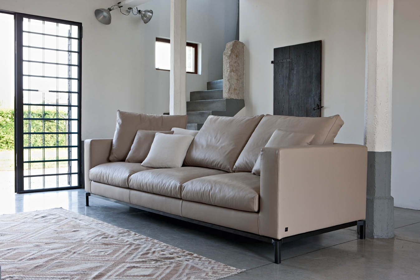 Divani ufficio tempo libero divano schienale affari for Divani con gambe
