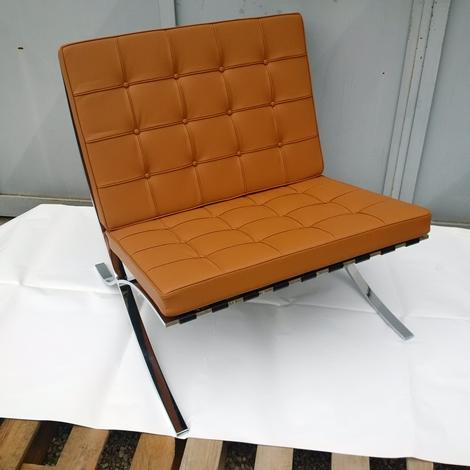 Barcelona pouf l mies van der rohe proiezione pelle for Imitazioni sedie design