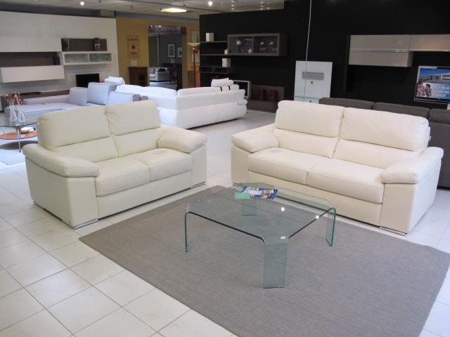 Calia divano salotto calia sottocosto pelle divani a for Divano friheten