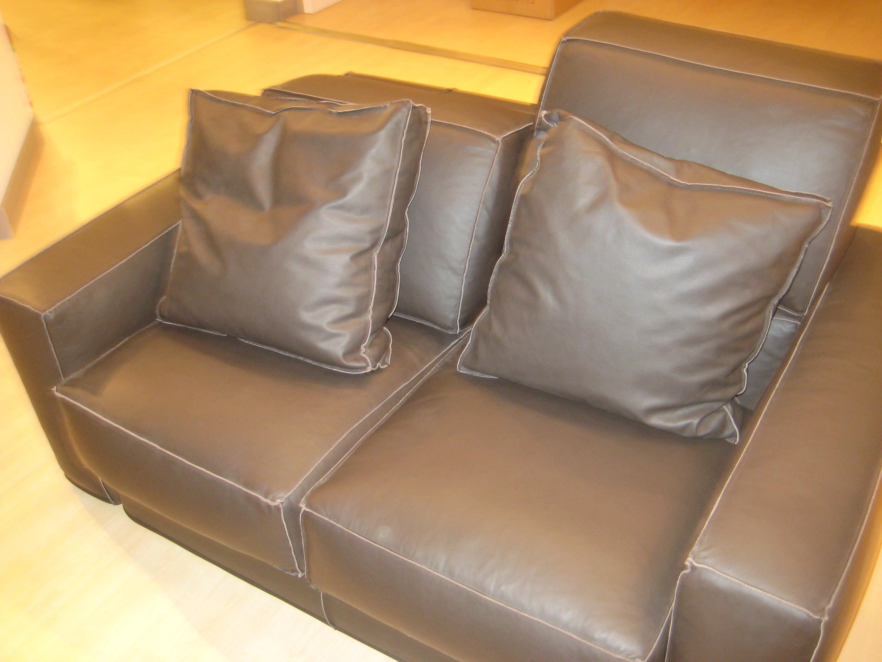 Comodo divano samoa in pelle marrone divani a prezzi - Divano pelle marrone ...