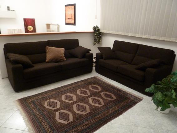 Coppia divani tessuto colore marrone scuro scontati divani a prezzi scontati - Rivestimento divano costo ...