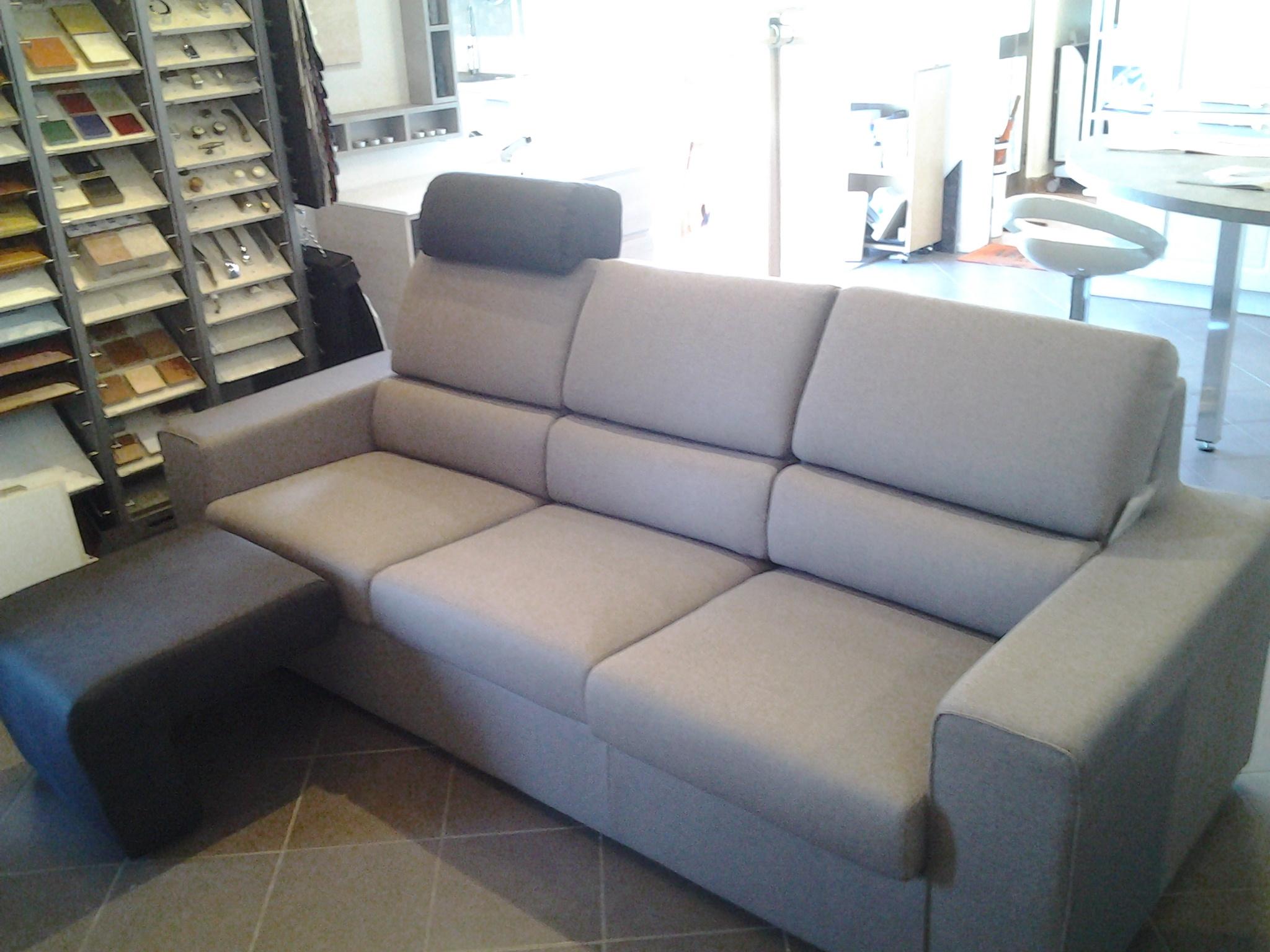 Divano 3 posti con poggiatesta e poggiapiedi divani a for Divano 4 posti dimensioni