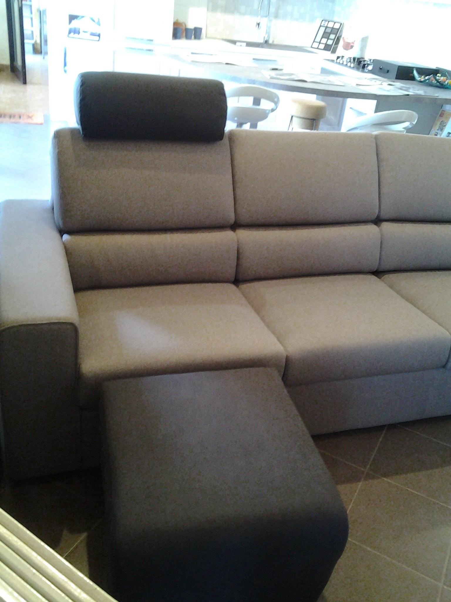 Divano 3 posti con poggiatesta e poggiapiedi divani a - Poggiatesta per divano ...