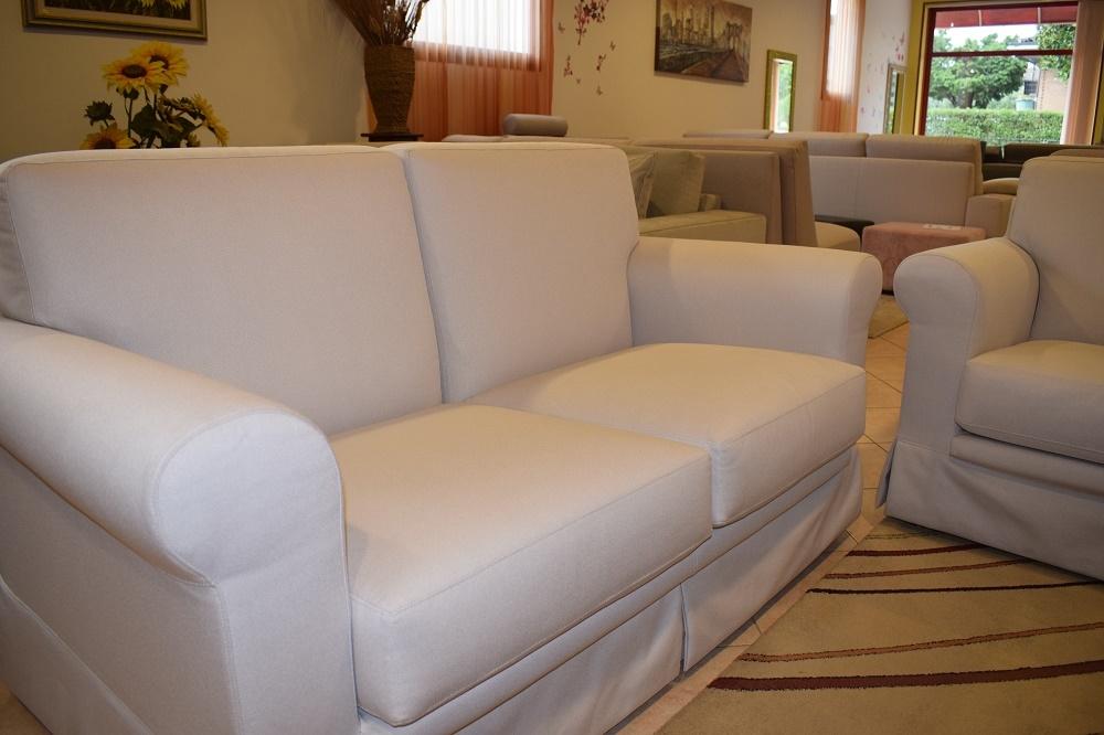 Divano a due e tre posti in tessuto scontati del 50 divani a prezzi scontati - Divano tre posti ...