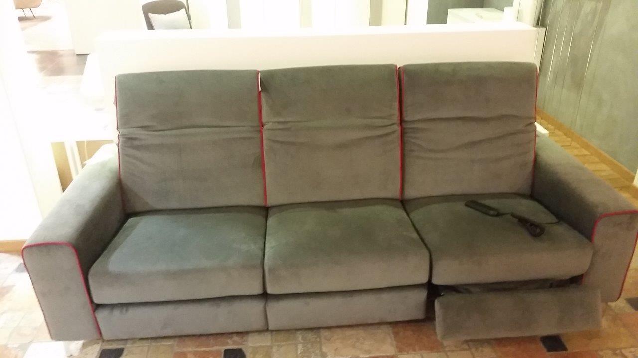 Divano a tre posti con relax elettrico divani a prezzi for Divano enorme