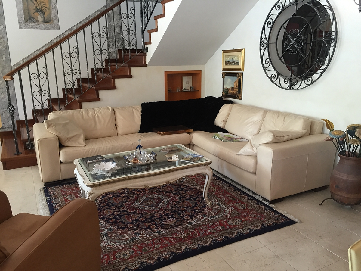 Divano ad angolo in pelle pieno fiore cava divani scontato for Rivestire divano ad angolo