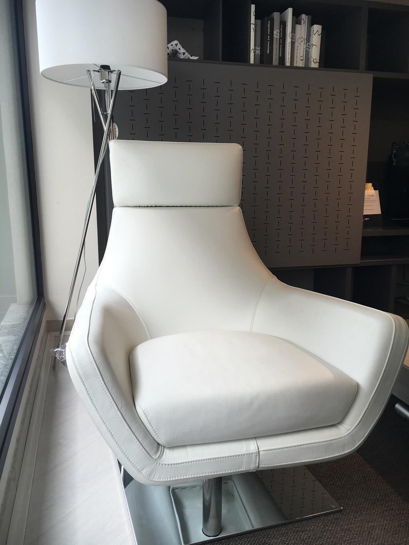 Poltrone in pelle moderna girevole di alberta salotti for Poltrona girevole design