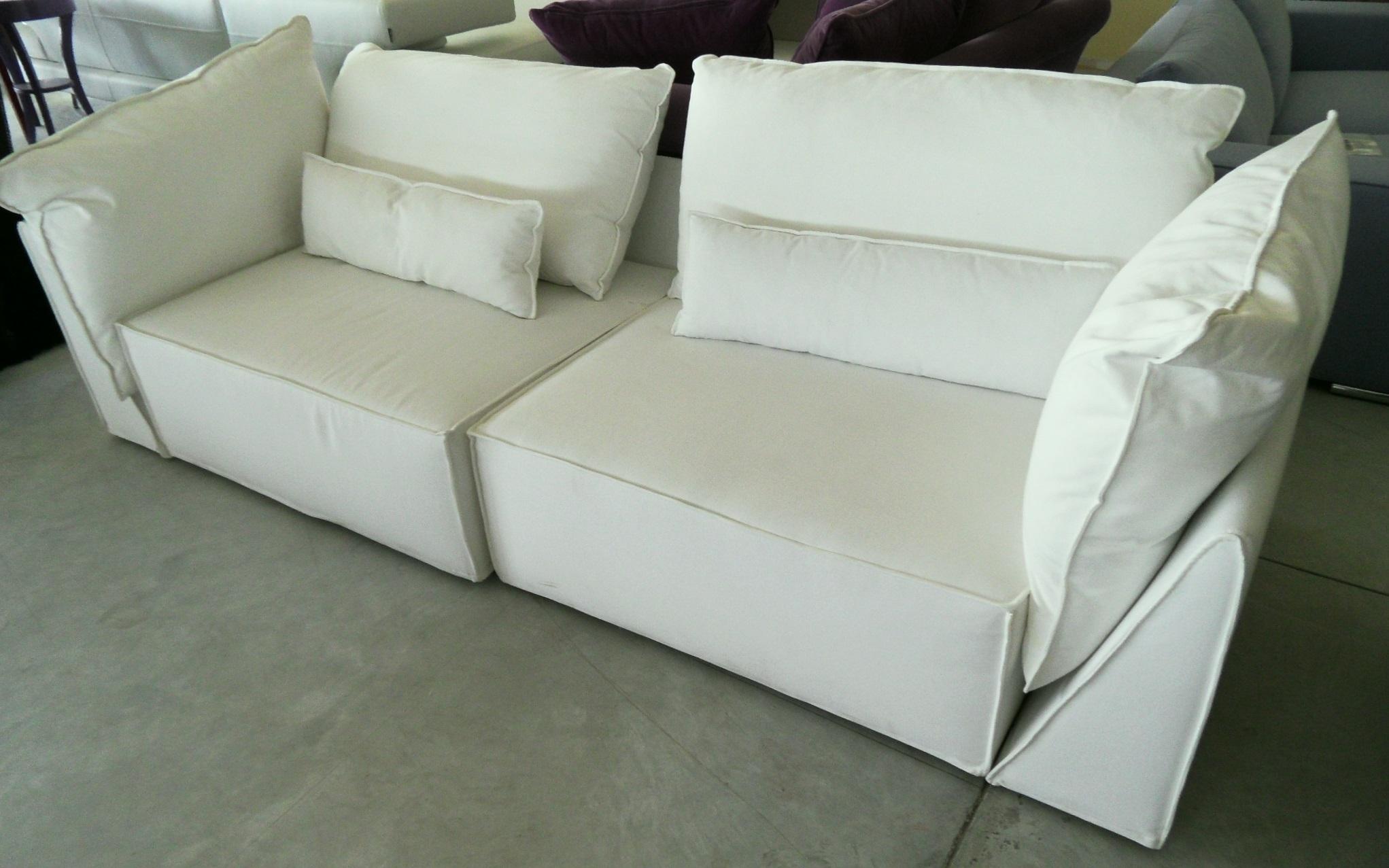 Divano in tessuto bianco scontato del 55 divani a for Divano a tre posti