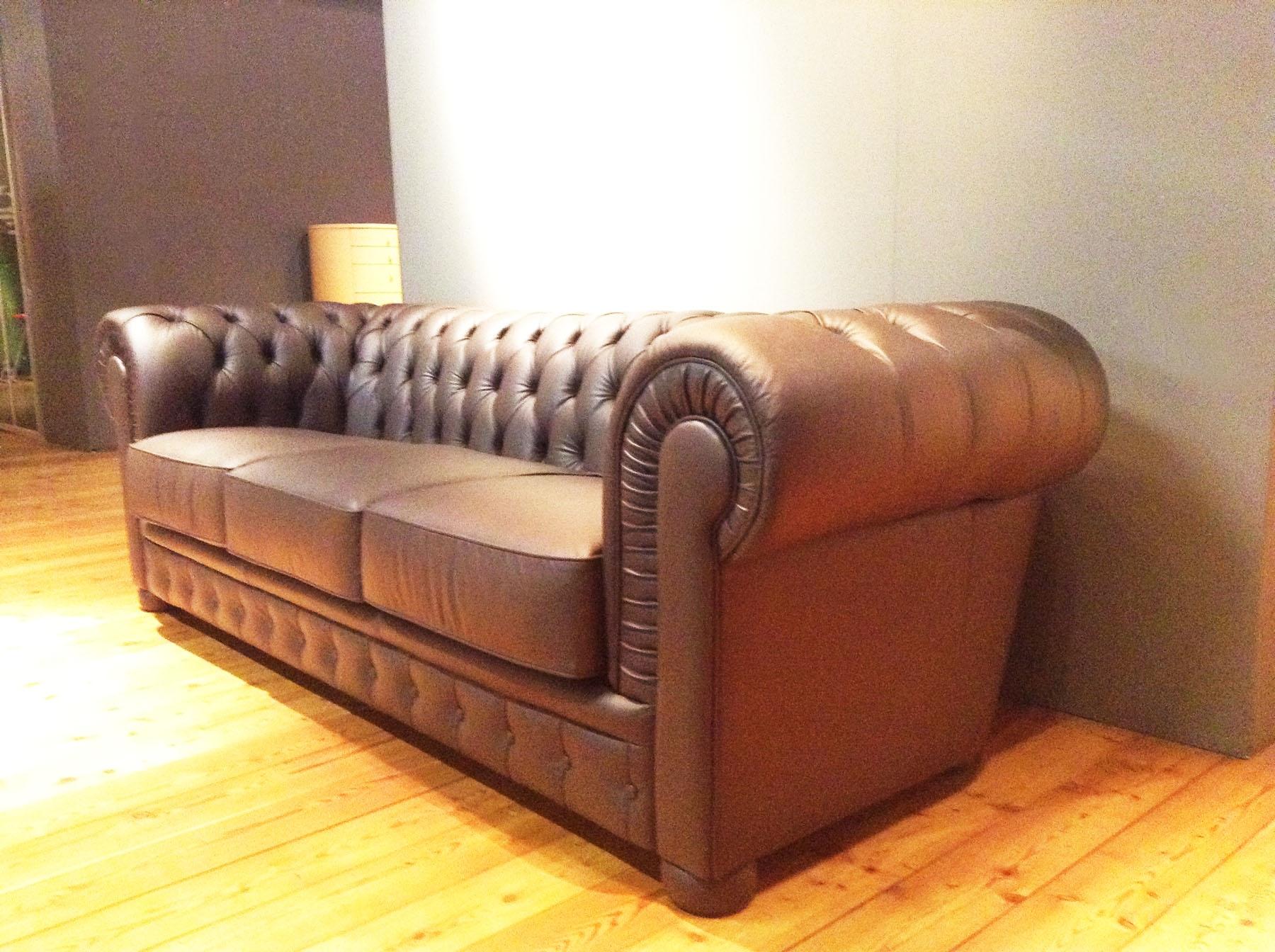 Outlet divano chester realizzato a mano in vera pelle for Outlet arredamento divani