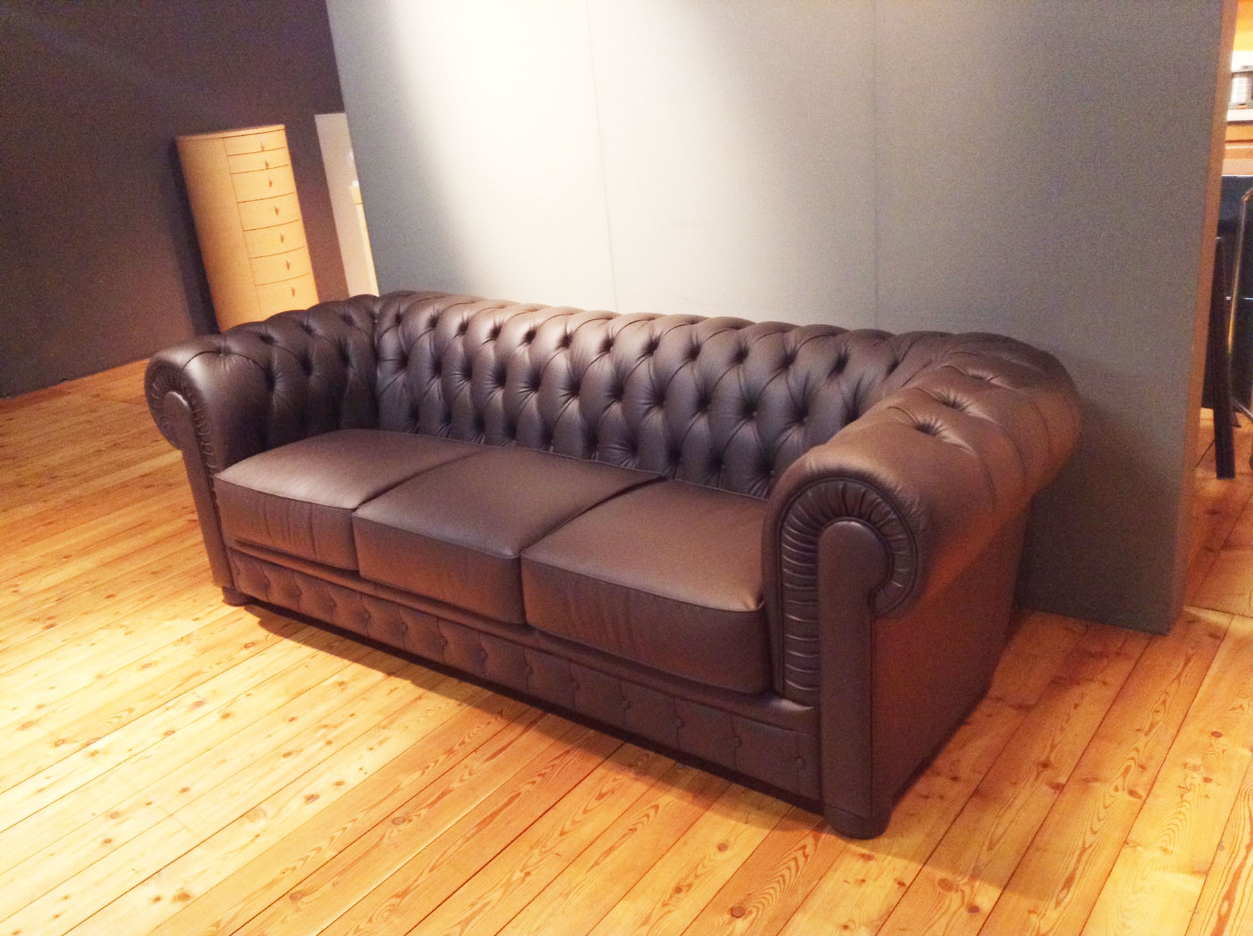 Outlet divano chester realizzato a mano in vera pelle scontato del 40 divani a prezzi scontati - Outlet del divano assago ...