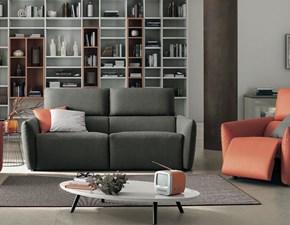 Divano Colombini modello Truman. Truman è un divano a tre posti e due spalliere. E' in tessuto fabric cat.1 di colore grigio delfino.