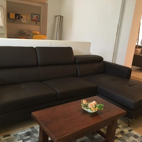 Divano con penisola in ecopelle marrone con poggiatesta regolabile divani a prezzi scontati - Pulizia divano ecopelle ...