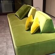 Divano Fox Italia Modello Levante lineare con schienali movibili zavorrati , in Tessuto minimo 4 posti,cuciture artigianali in contrasto.