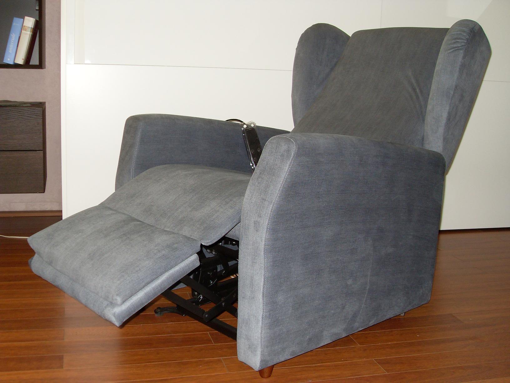 Divano gamma poltrona motorizzata tessuto divani a for Divano poltrona