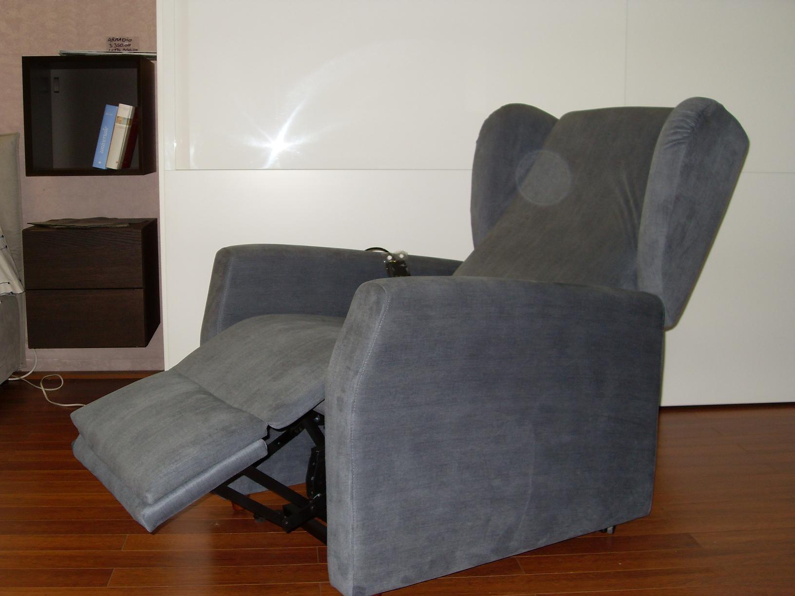 Divano gamma poltrona motorizzata tessuto divani a for Migliore marca divani