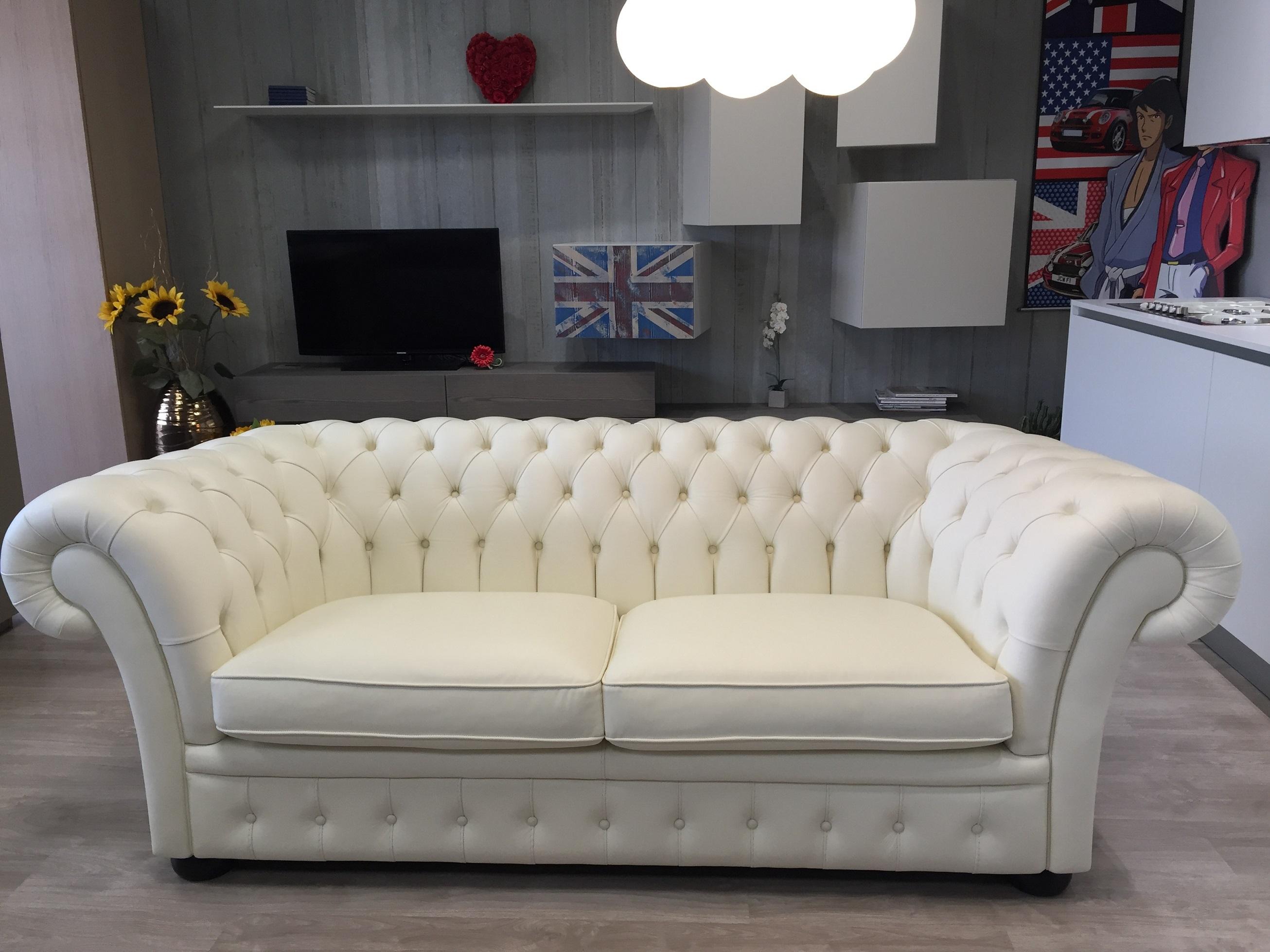Divano in pelle bianco tipo chesterfield scontato del 72 divani a prezzi scontati - Pulizia divano pelle ...
