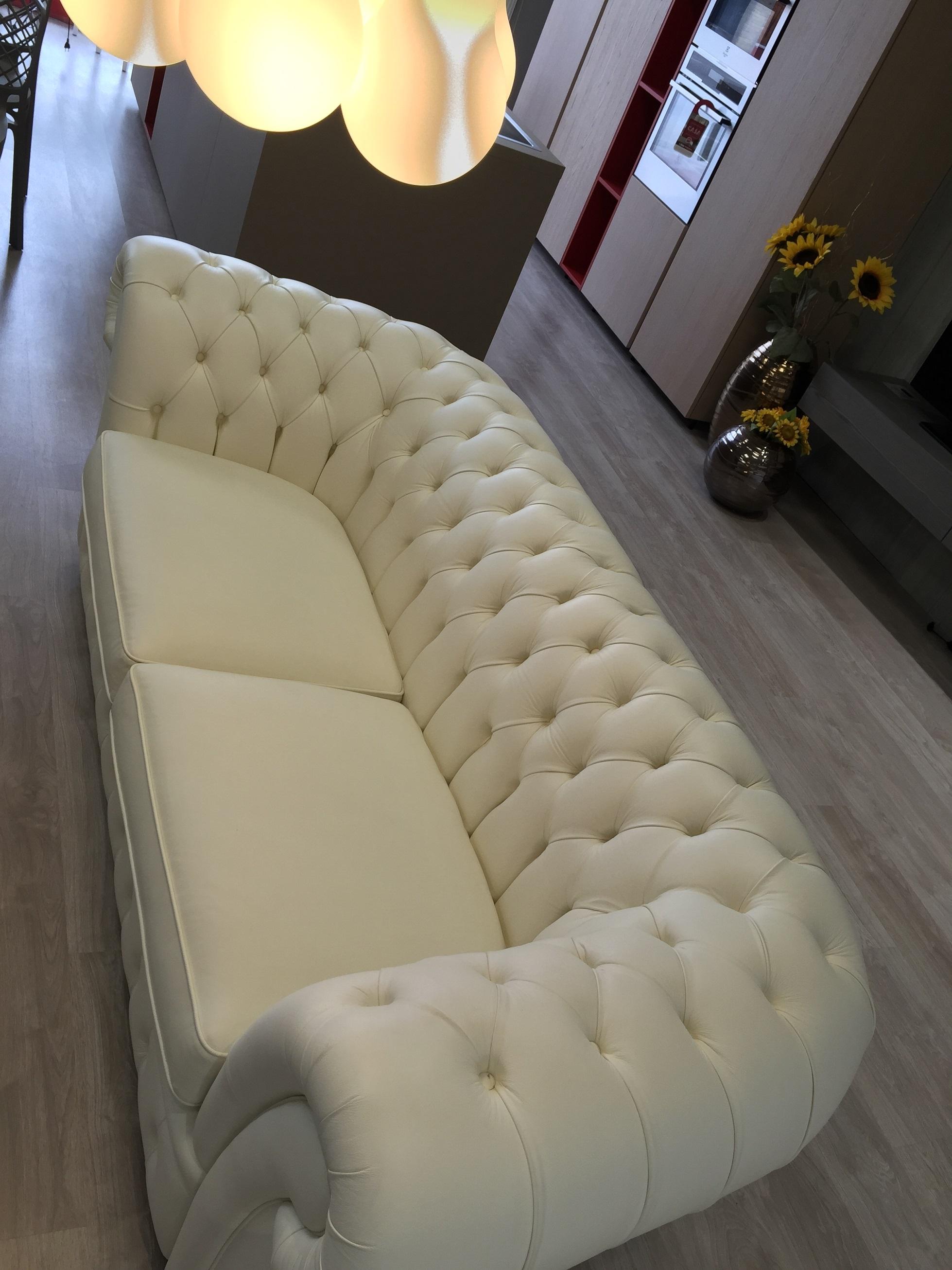 Divano in pelle bianco tipo chesterfield scontato del 72 divani a prezzi scontati - Divano pelle o tessuto ...