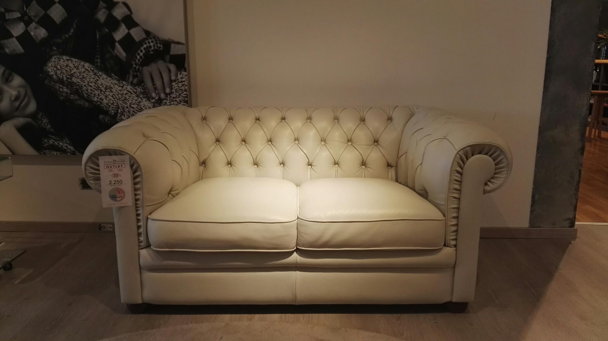 Divano in pelle natuzzi king capitonn bianco scontato del for Outlet del divano
