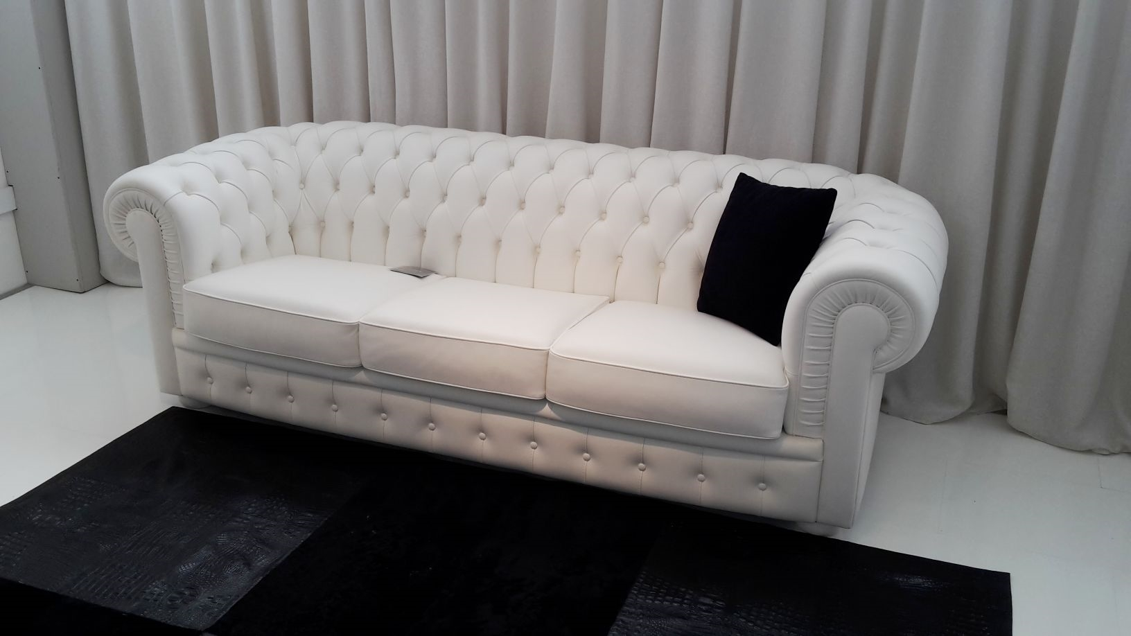 Divano in pelle tipo chester modello byron divani a - Divano pelle bianco ...