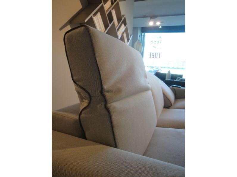 Divano angolare modello drive in divani a prezzi scontati for Divani con penisola economici