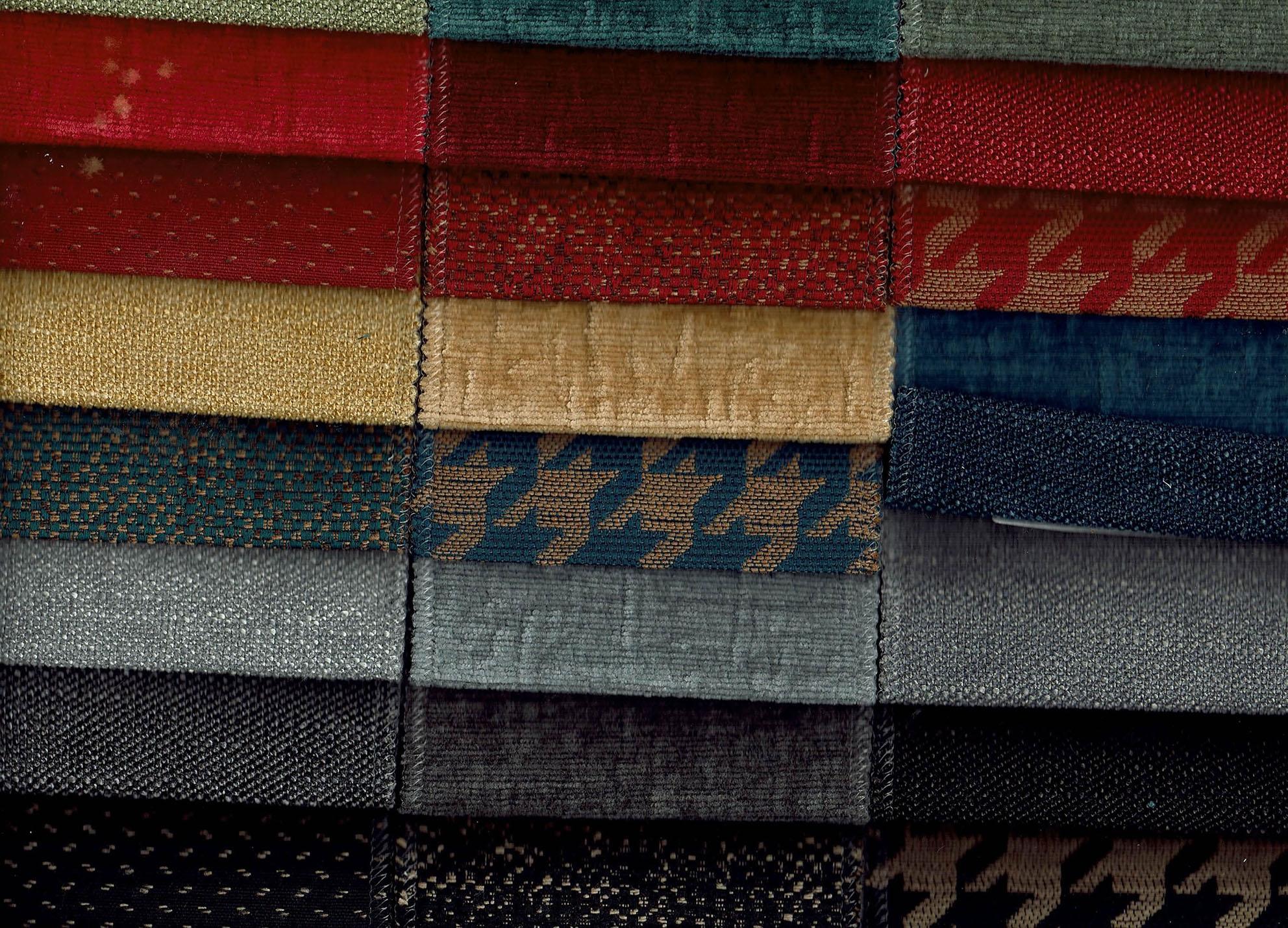 Divano lineare 2 posti in tessuto modello vintage errebi for Divano 5 posti lineare dimensioni