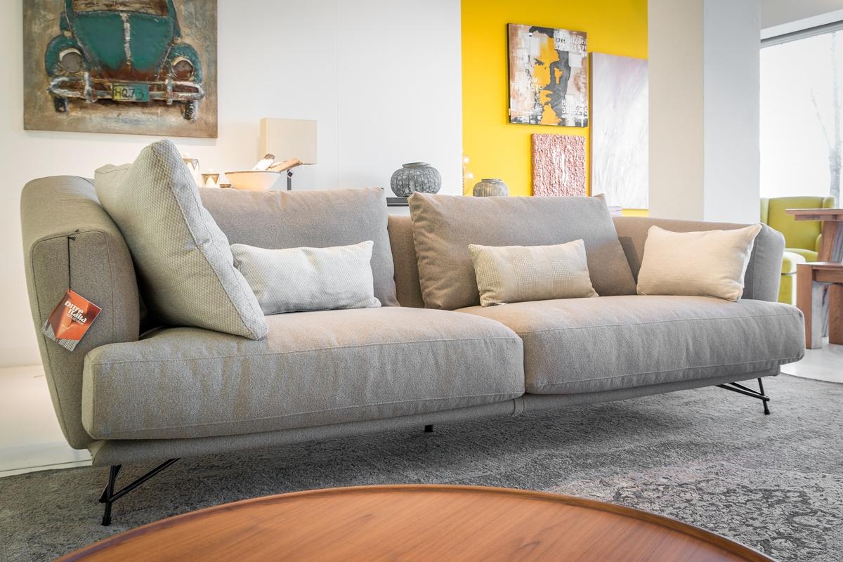 Divano lineare ditr italia modello lennox scontato del 40 for Showroom divani milano